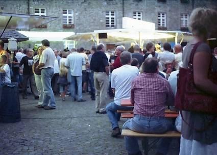 Der Schlossplatz im Sommer. Hückeswagen Live als Treffpunkt für Tratsch und Klatsch